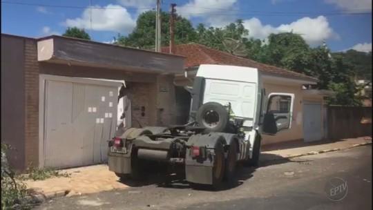 Caminhão desgovernado invade calçada e destrói muro de casa em São Simão, SP