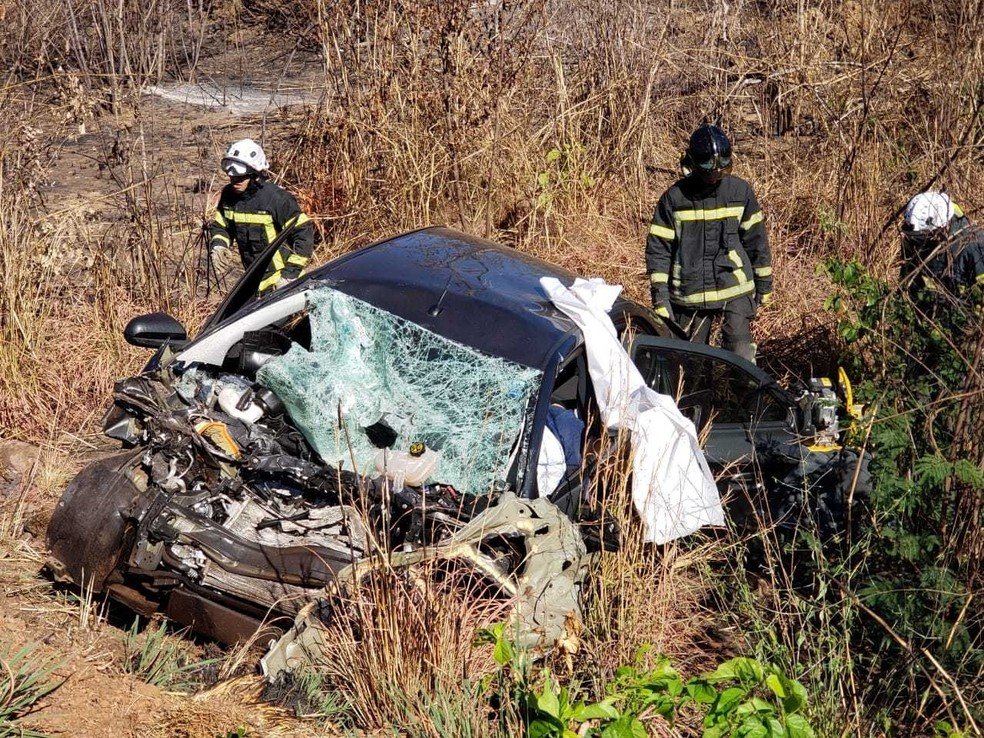 Conforme PRF, batida ocorreu na manhã desta terça-feira (10). Por conta da batida, veículo ficou destruído. — Foto: Blog do Braga