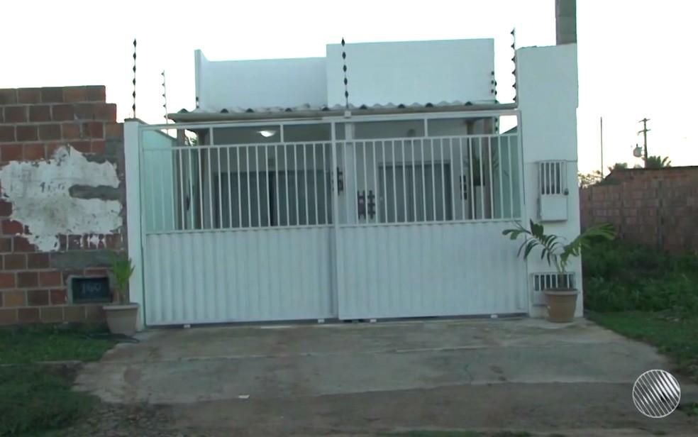 Comerciante foi morto na porta da casa onde morava em Feira de Santana (Foto: Reprodução/Tv Subaé)