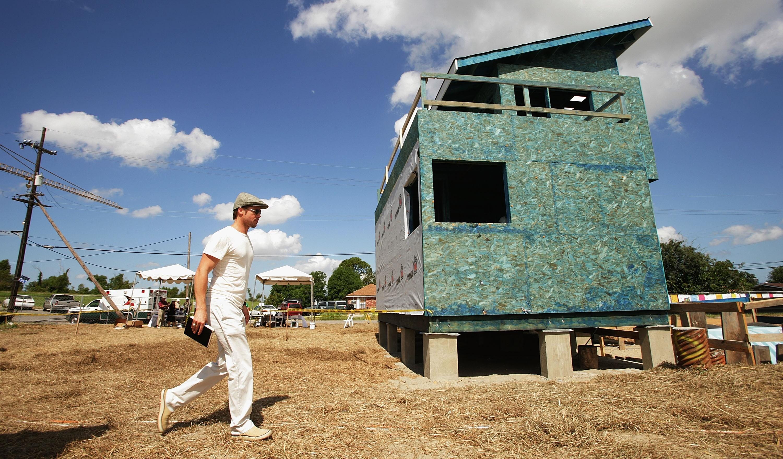Brad Pitt durante lançamento de projeto de construção de casas em Nova Orleans em 2007 (Foto: Getty Images)