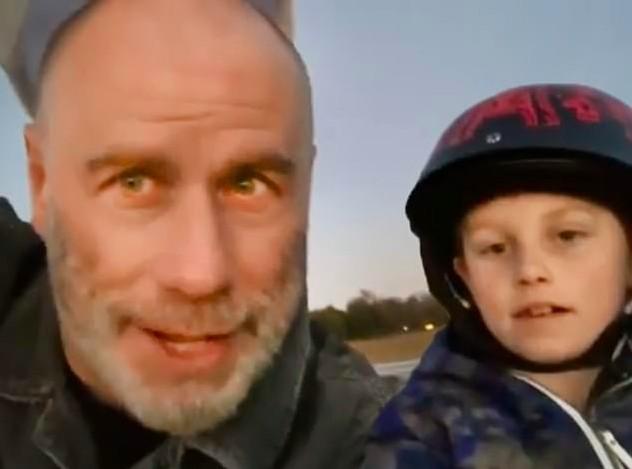 O ator John Travolta com o filho de 8 anos no vídeo no qual agradece o apoio dos fãs após assumir a careca (Foto: Instagram)