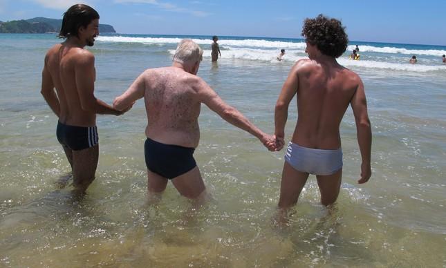 Quando o avô precisa dos netos para entrar no mar