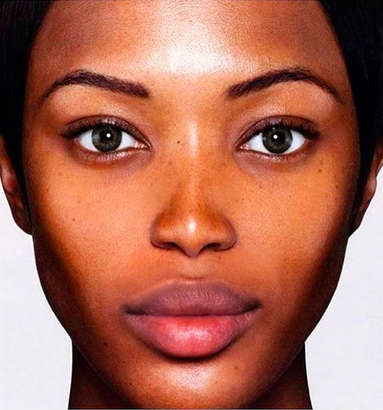 A foto da modelo Naomi Cambpell que vem sendo alvo de críticas por uso pesado de Photoshop (Foto: Instagram)