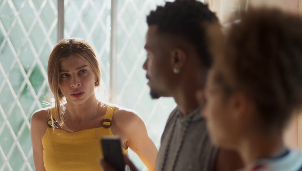 Paloma (Grazi Massafera) atenta à conversa de Ramon (David Junior) em 'Bom Sucesso' — Foto: Globo