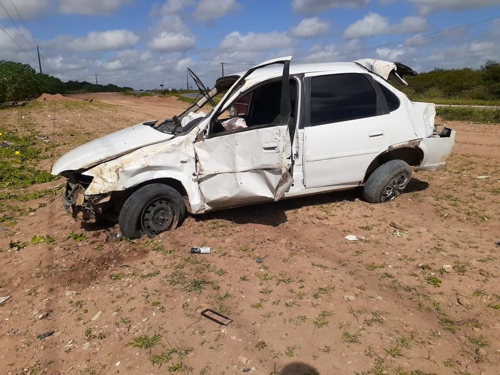 Carro ficou destruído após perseguição policial e capotamento na BR-101 norte, em Extremoz, na Grande Natal. — Foto: Kleber Teixeira/Inter TV Cabugi