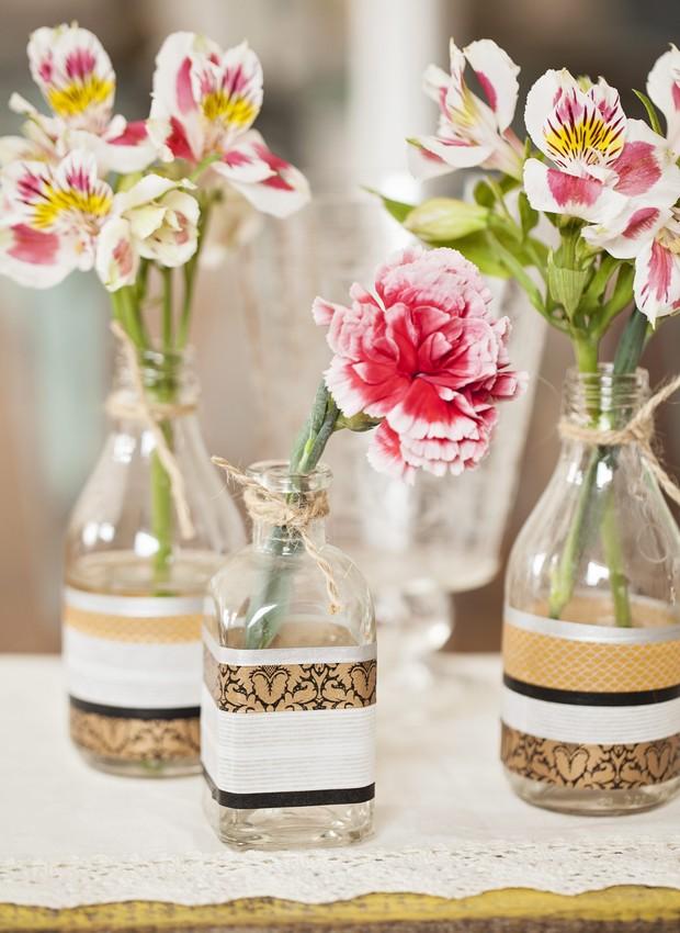 Que tal um vasinho customizado? Garrafas Ideia Única (quadrada) e Shopfesta; fitas adesivas Tom & Sophie e Veio na Mala (Foto: Elisa Correa/Editora Globo)