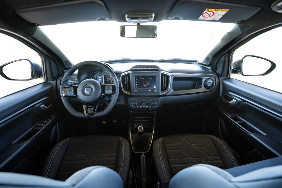 Cabine da Fiat Strada tem diversos elementos compartilhados com Uno e Mobi — Foto: Marcelo Brandt/G1