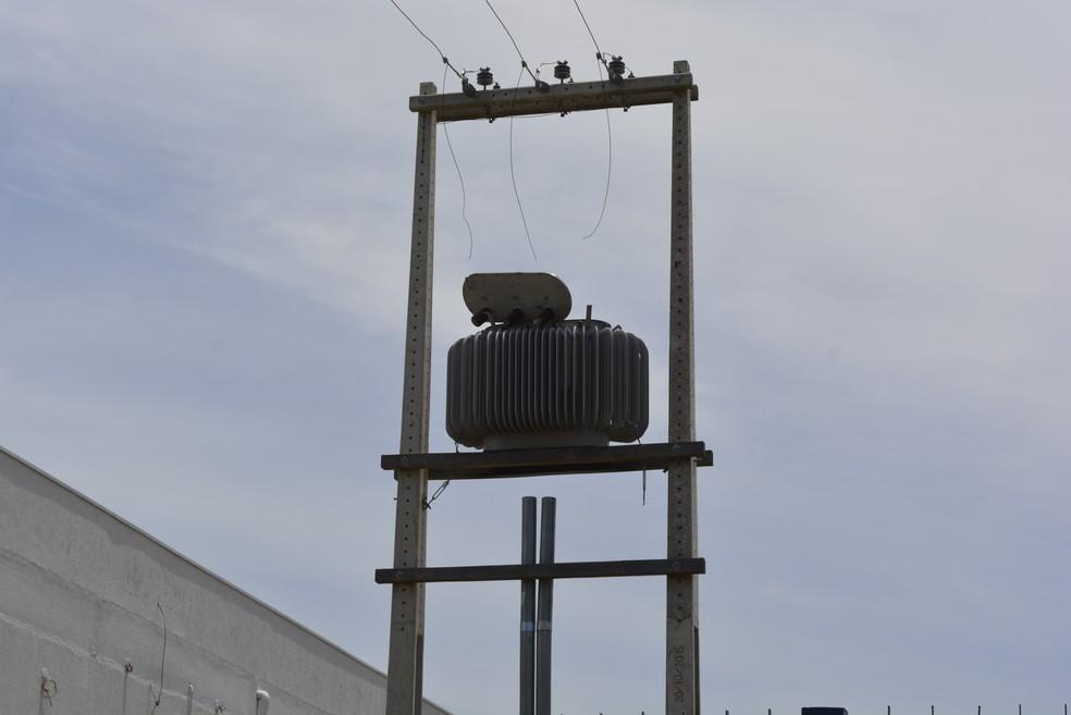 Transformador estava sendo desmontado pela dupla para furtar as peças de cobre (Foto: Diêgo Holanda/G1)