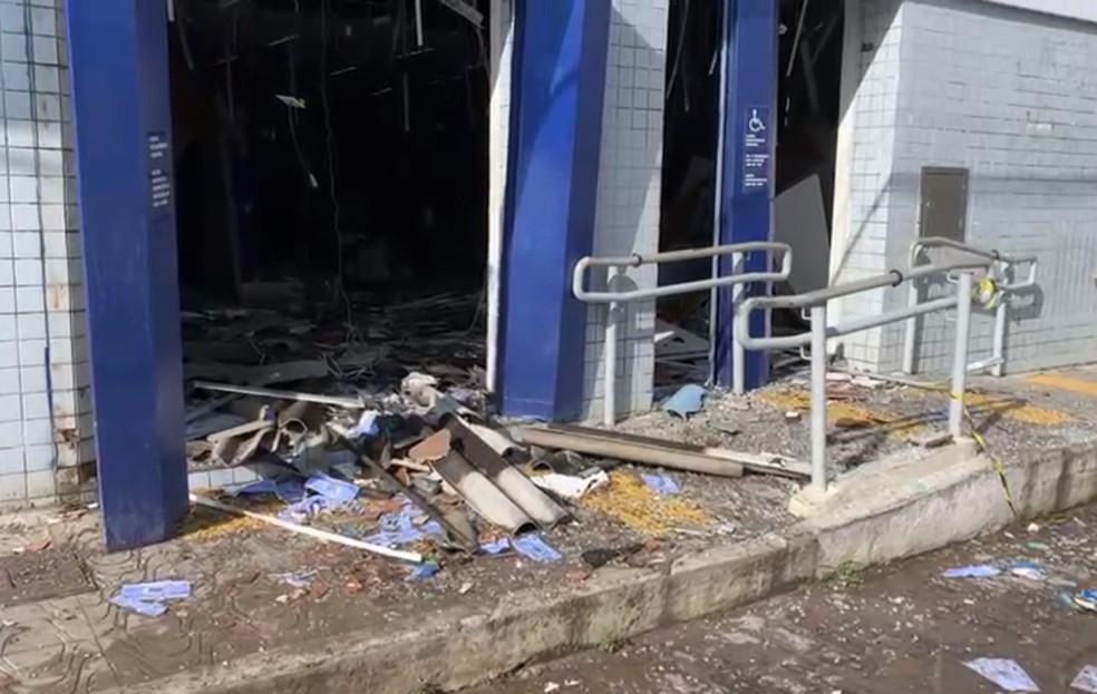 Agência bancária é explodida em São Gonçalo dos Campos, na Bahia — Foto: Filipe Pereira/TV Subaé