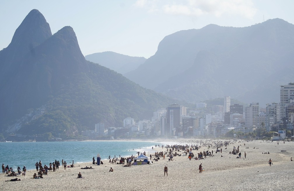 Pessoas se aglomeraram na areia das praias da Zona Sul na tarde desta sexta-feira (7)  — Foto: Marcos Serra Lima/G1