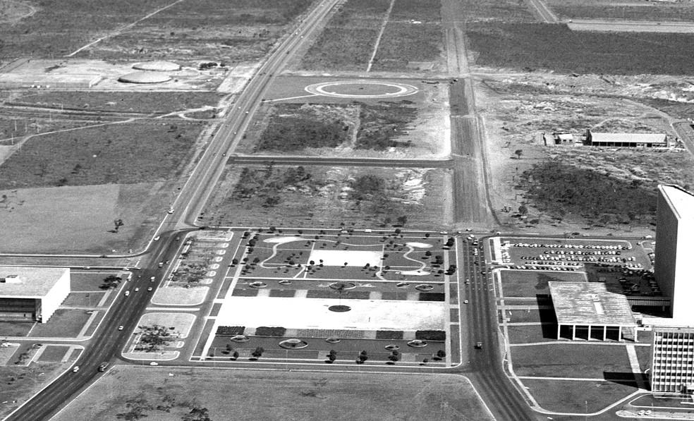 1958 - a instalação do primeiro reservatório d'água para Brasília — Foto: Arquivo Público-DF