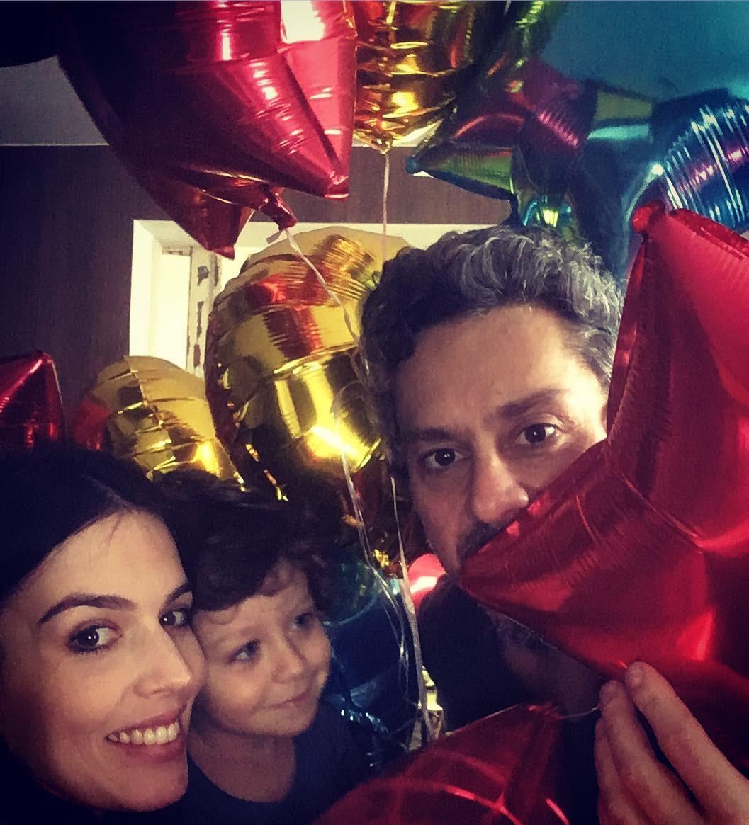 Karen, Alexandre Nero e Noá, o primeiro filho do casal (Foto: Reprodução/Instagram)