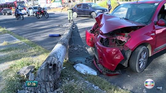 Motorista perde o controle e carro derruba poste na divisa de Olinda e Recife