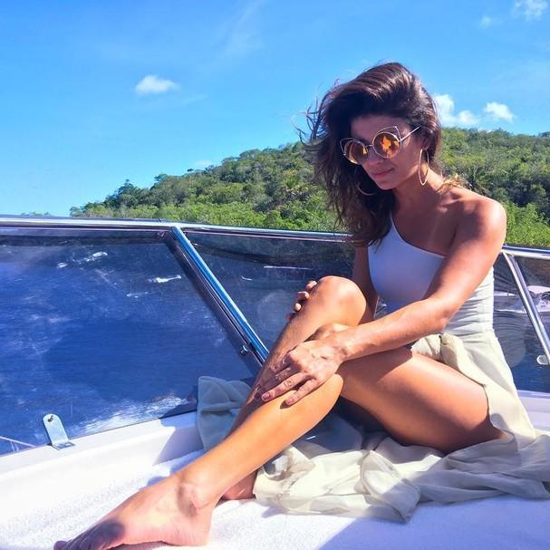 Paula Fernandes põe as pernas pra joga em passeio de