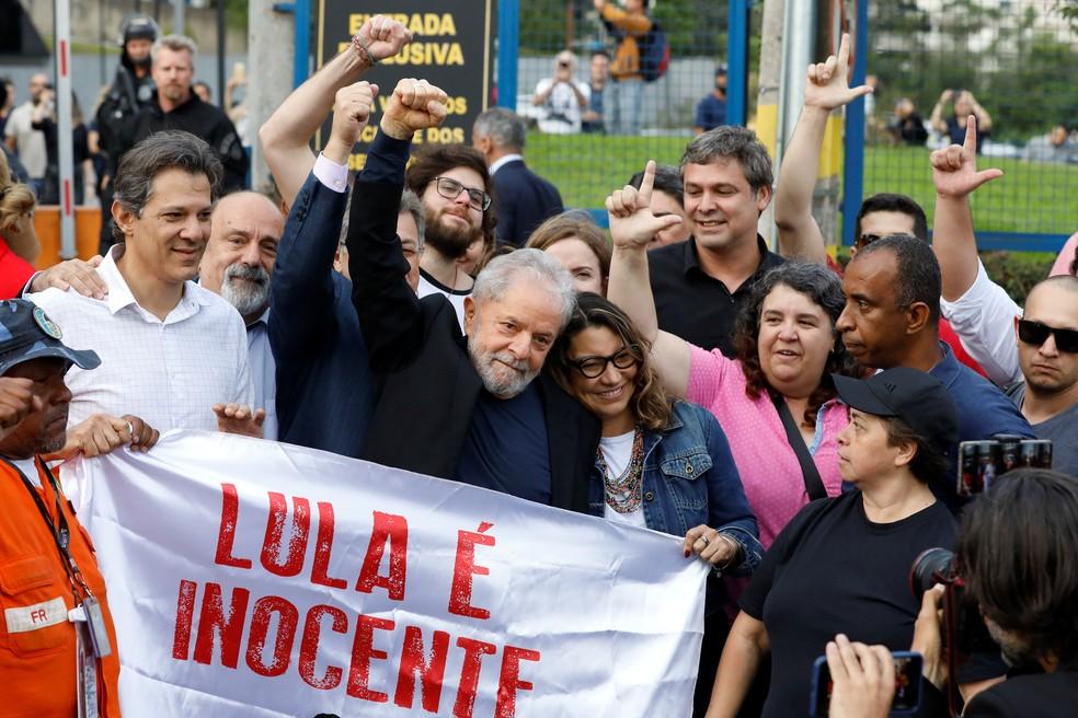 O ex-presidente Lula deixa a prisão — Foto: Rodolfo Buhrer/Reuters