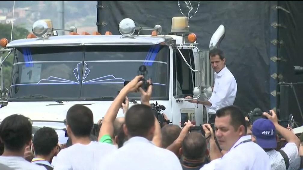 Juan Guaidó acompanha um dos caminhões que partiu neste sábado da Colômbia em direção à Venezuela transportando ajuda humanitária — Foto: Reprodução/GloboNews