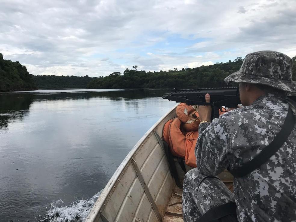 Na segunda-feira (7), policiais patrulharam cerca de 50 km do Rio Iguaçu e apreenderam embarcações e redes de pesca — Foto: PF/Divulgação