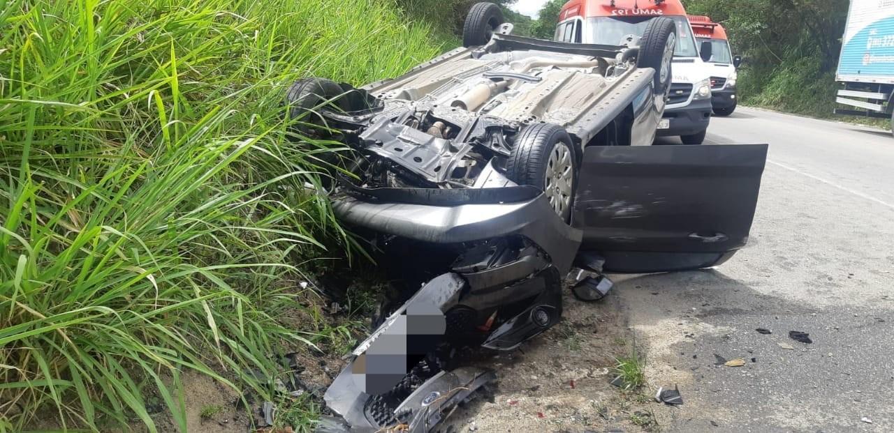 Três pessoas ficam feridas após carros colidirem na BR-104, em Caruaru