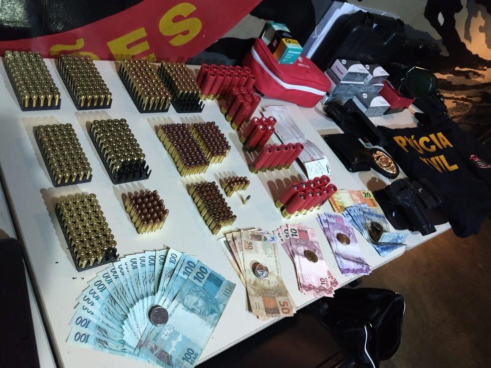 No carro do suspeito, polícia encontrou munição, distintivo de Polícia Civil, armas e dinheiro. — Foto: Polícia Militar de Minas Gerais/Divulgação