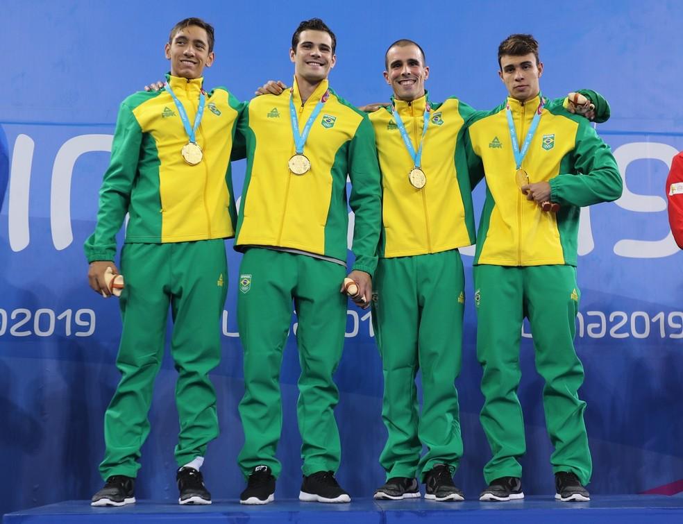 A equipe do revezamento 4x100m livre masculino, com Breno Correia, Marcelo Chierighini, Bruno Fratus e Pedro Spajari, levou a medalha de ouro e bateu o recorde da competição — Foto: Reuters/Sergio Moraes