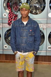 Pharrell Williams e sua bermuda estampada (Foto: Getty Images)