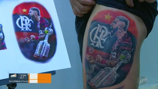 Tatuagem de Gabigol feita por brasileiro que viralizou na NFL impressiona pelo realismo nos detalhes; veja fotos
