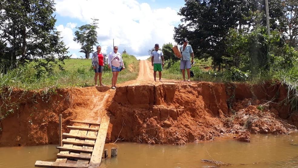 Sete pontes foram danificadas após rompimento de duas barragens no distrito de Oriente Novo.  — Foto: Luiz Martins/Rede Amazônica