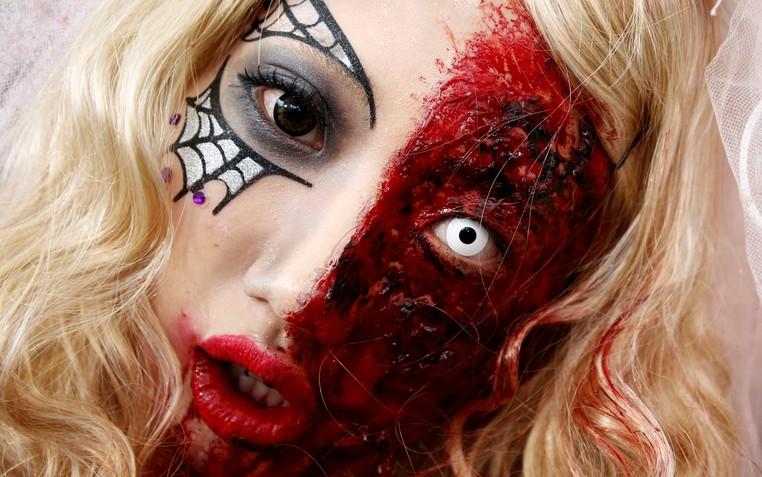 Com uso de maquiagem, mulher chamou atenção com seu visual horripilante (Foto: Kim Kyung-hoon/Reuters)