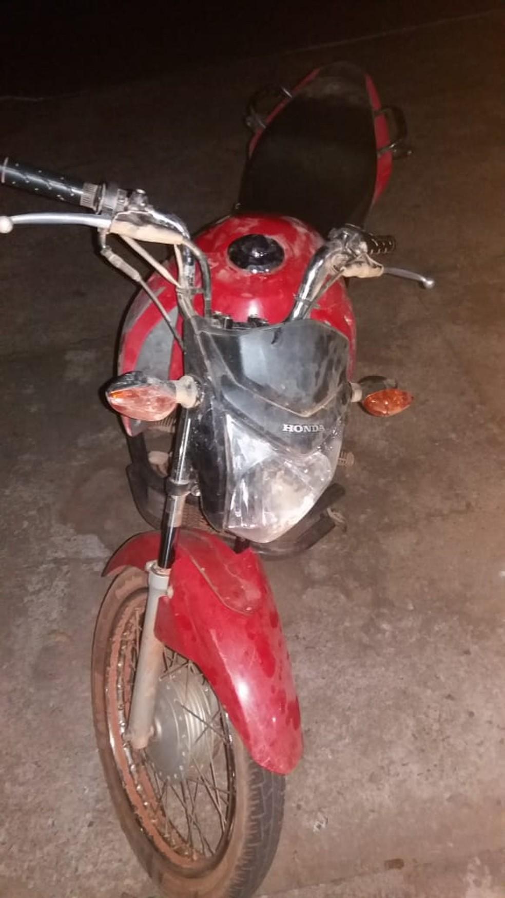 Moto usada pelos criminosos para cometer os assaltos (Foto: Polícia Militar - MT)