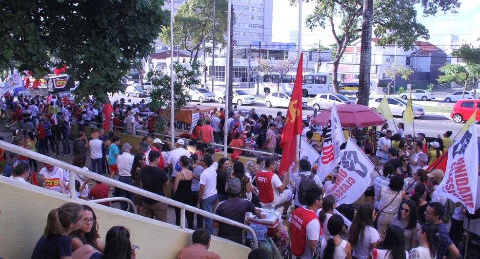 Concentração do ato em João Pessoa aconteceu no Lyceu Paraibano (Foto: Krystine Carneiro/G1)