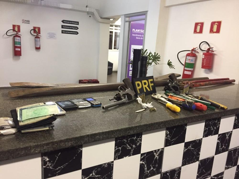Material apreendido pelos policiais durante fiscalização na BR-116, em Canoas (Foto: Mateus Marques/RBS TV)