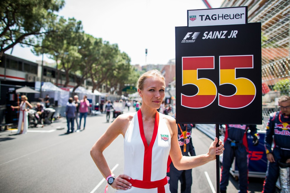 Grid girl com a placa de Carlos Sainz em Mônaco (Foto: Getty Images)