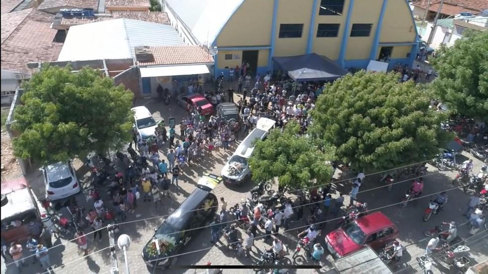 Corpos de vítimas de acidente com ônibus em MG são enterrado em municípios do interior de Alagoas — Foto: Valmir Inácio/TV Gazeta