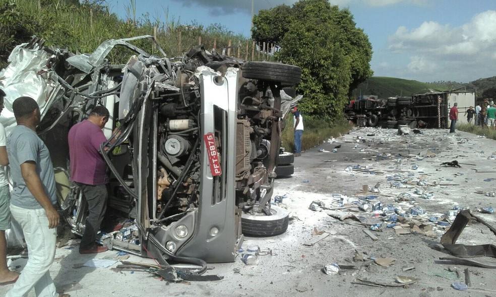 Carreta e ônibus colidem na PE-126 (Foto: Divulgação/WhatsApp)