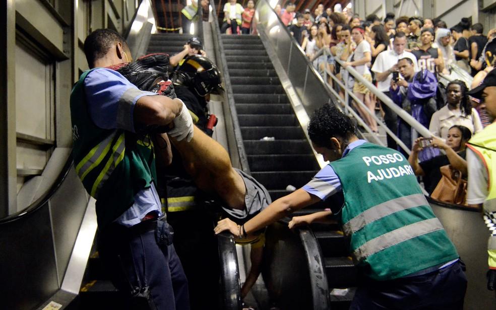 Rapaz foi retirado do local pelo Corpo de Bombeiros — Foto: ALAN MORICI/AGIF/ESTADÃO CONTEÚDO