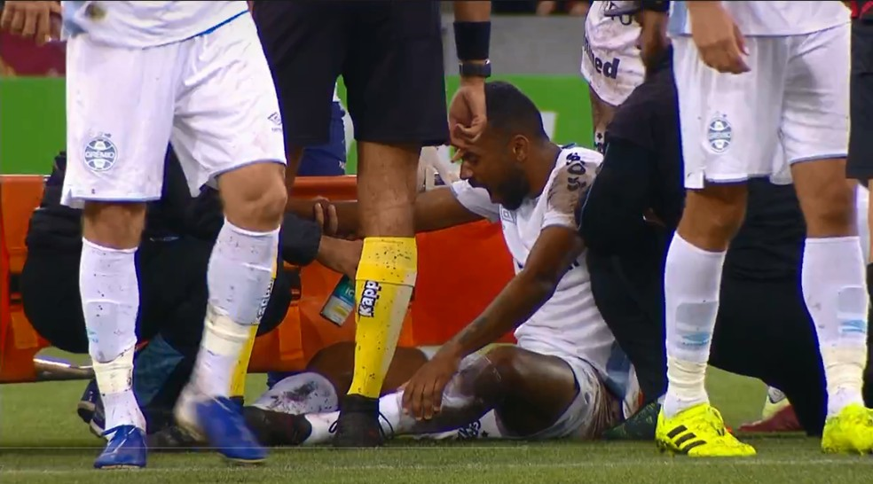 Leonardo Gomes sofreu lesão contra o Athletico, na Copa do Brasil — Foto: Reprodução