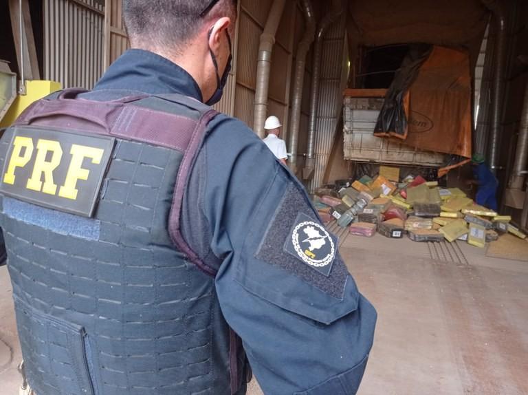 Motorista é preso com 2,5 toneladas de maconha escondidas em carga de milho na BR-163