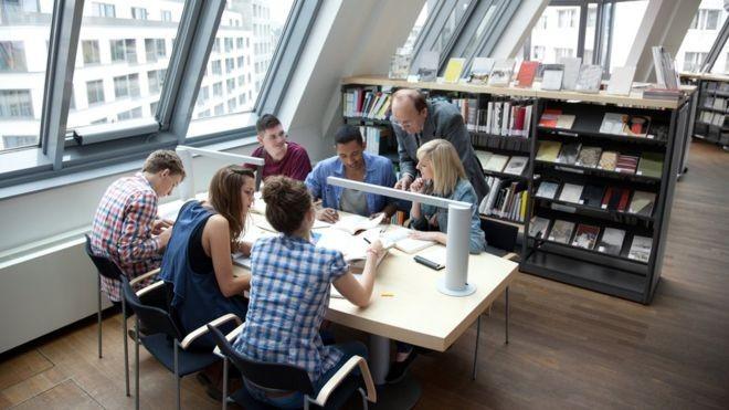 Ao formar novos pesquisadores e mão de obra qualificada, as universidades também são vistas na Alemanha como fundamentais para impulsionar o país no cenário internacional (Foto: Getty Images via BBC)