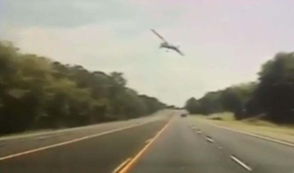 Avião caiu ao lado de estrada no Texas  (Foto: Reprodução/NBC News Channel)