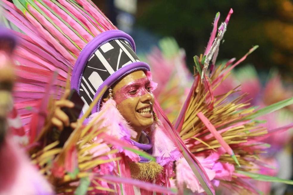 Integrante da Mangueira na Sapucaí. Escola foi a campeã do carnaval 2019 no Rio. — Foto: Rodrigo Gorosito / G1