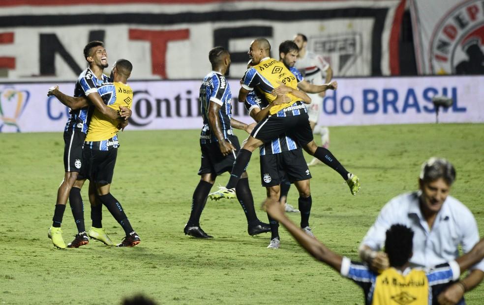 Grêmio comemora classificação no Morumbi — Foto: Marcos Ribolli/ge