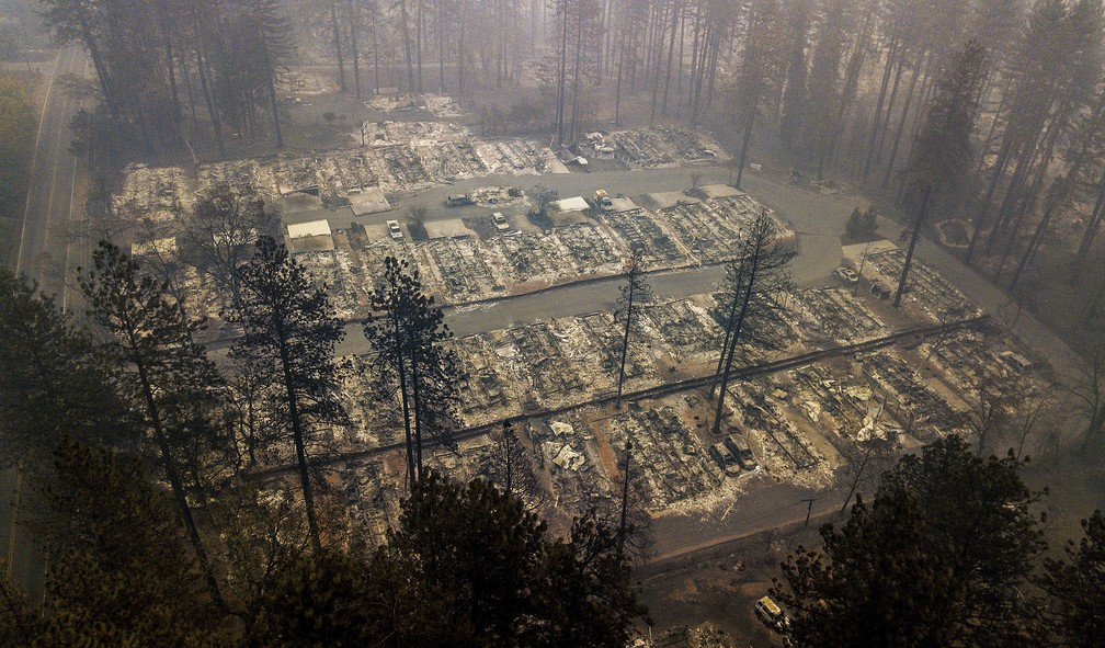Imagem de 15 de novembro mostra casas destruídas pelo incêndio Camp Fire em Paradise, na Califórnia — Foto: Noah Berger/AP