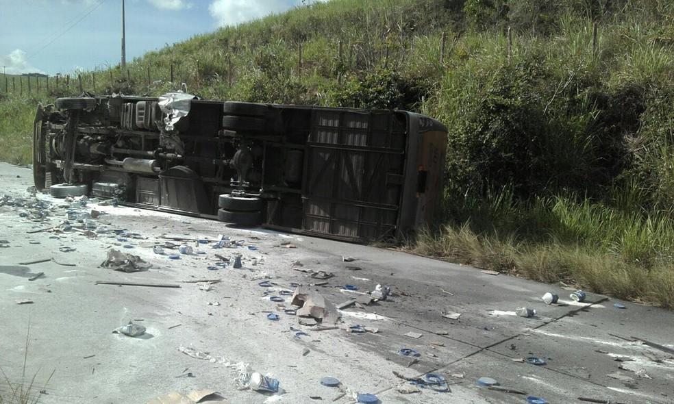 Ônibus transportava passageiros durante acidente na PE-126 (Foto: Divulgação/WhatsApp)