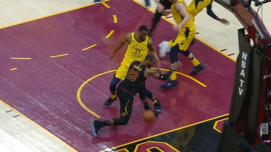 A 26 segundos do fim, LeBron James perde domínio e deixa bola sair pela linha de fundo
