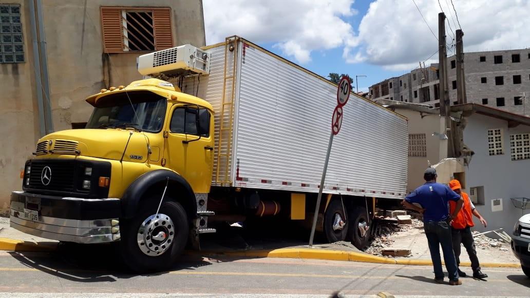 Caminhão desgovernado invade casa, destrói muro e atinge carro em Jacareí, SP
