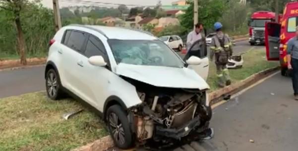 Motorista fica ferida após passar no sinal vermelho e ser atingida por caminhão, em Londrina - Notícias - Plantão Diário