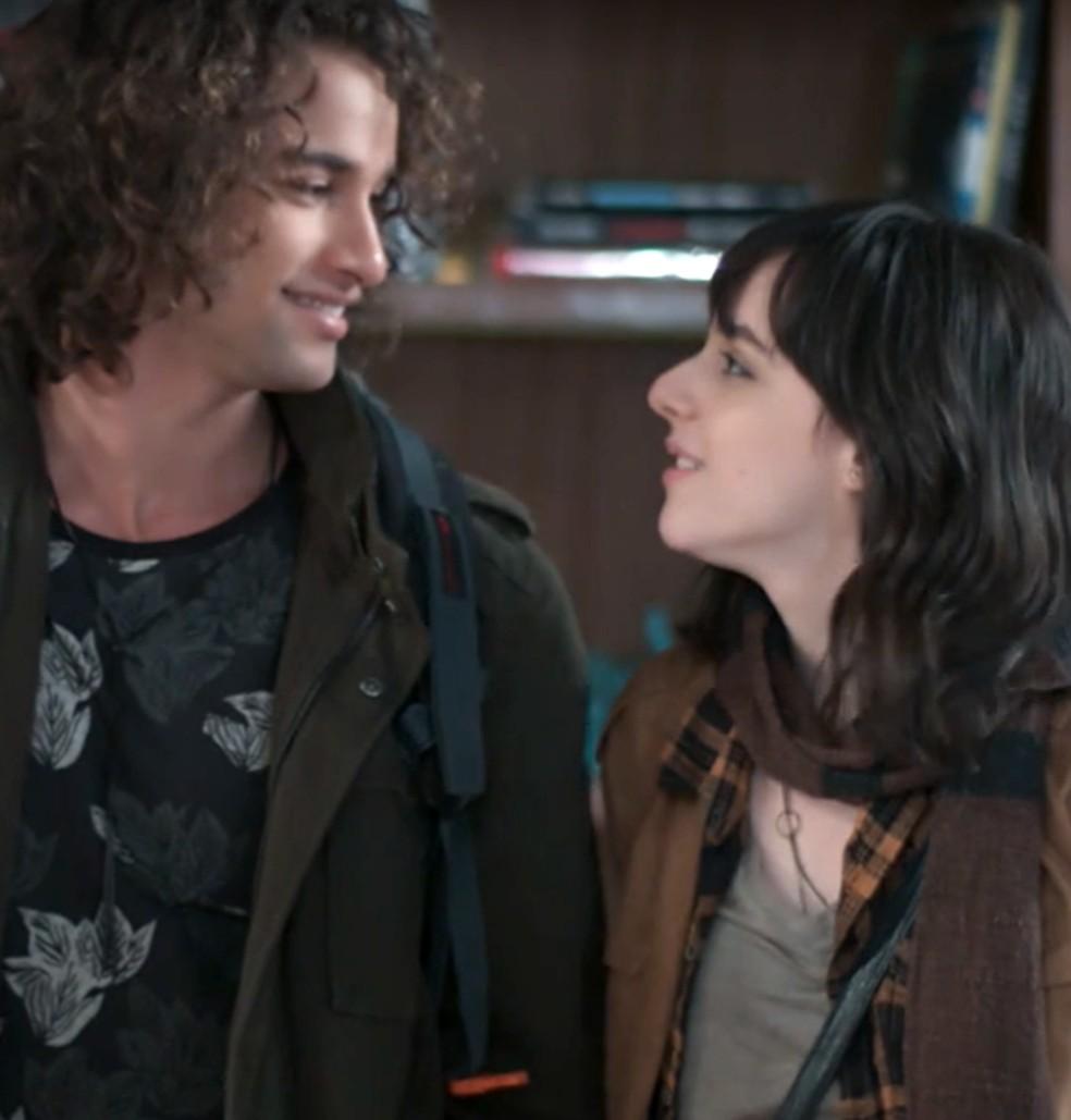 Lica (Manoela Aliperti) e Deco (Pablo Morais) chegam juntos de viagem em 'Malhação - Viva a Diferença' — Foto: Globo