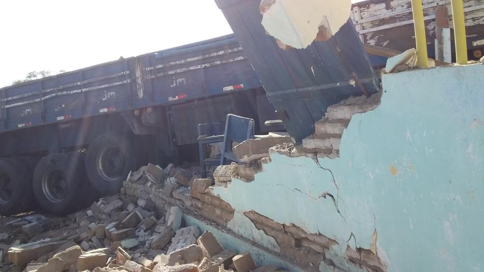 Caminhão invadiu escola e destruiu muro na zona rural de Flores — Foto: WhatsApp/Reprodução