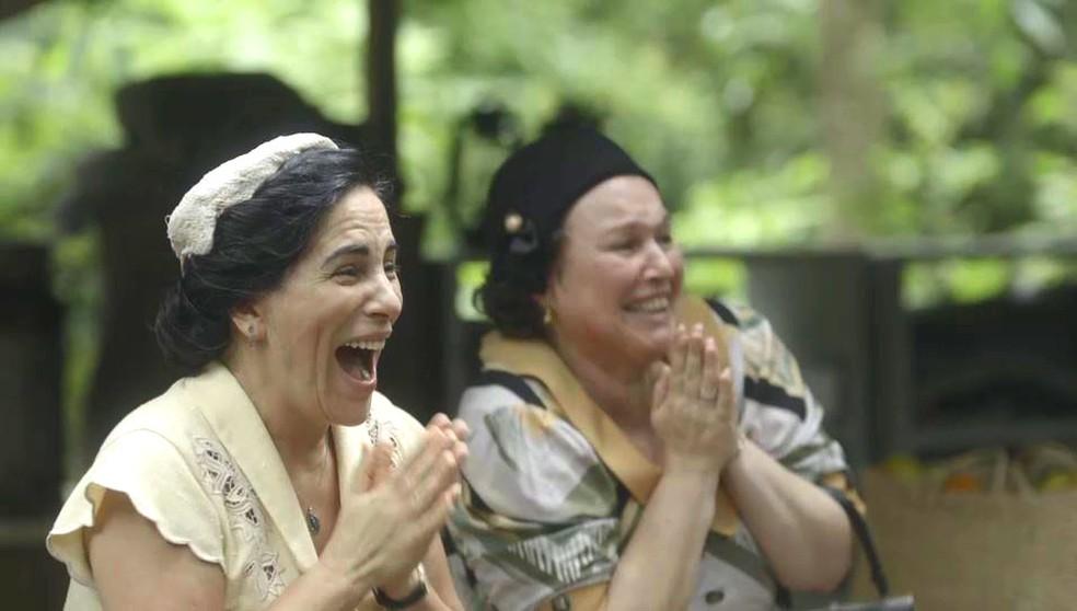 Lola (Gloria Pires) e Genu (Kelzy Ecard) reencontram Alfredo (Nicolas Prattes) e Lúcio (Jhona Burjack), em 'Éramos Seis' — Foto: Globo