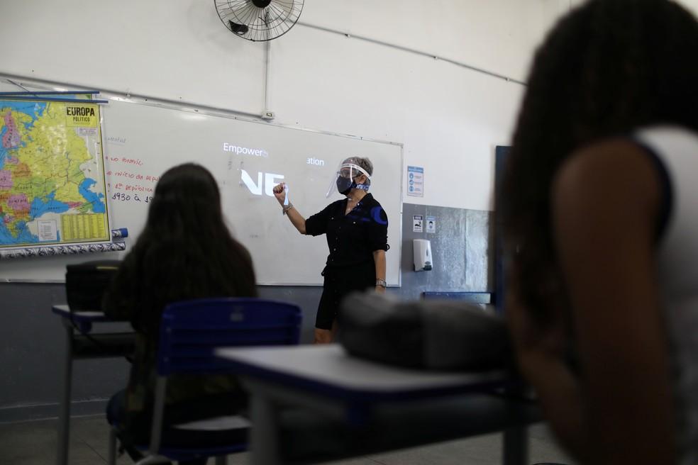 Foto mostra aula no dia 24 de novembro na Escola Municipal de Aplicação Carioca Coelho Neto, no Rio de Janeiro, enquanto algumas escolas retomam a abertura gradual. — Foto: Pilar Olivares/Reuters
